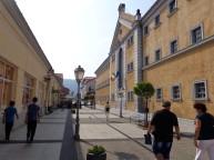 1 Auf der rechten Straßenseite das ehemalige Securitate-Gefängnis in Sighet, heute ein Museum. © N.Gutsul