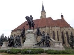 5 Matthias-Corvinius-Denkmal vor der Kirche St. Michael auf dem Platz der Einheit (Piața Unirii) in Cluj-Napoca. © N.Gutsul