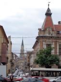 8 Blick vom Avram-Iancu-Platz (Piața Avram Iancu) durch die Iuliu-Maniu-Straße (Strada Iuliu Maniu) auf die Kirche St. Michael auf dem Platz der Einheit (Piața Unirii) in Cluj-Napoca.